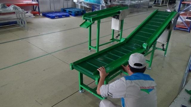 băng tải nghiêng dán gân xanh intech Việt Nam