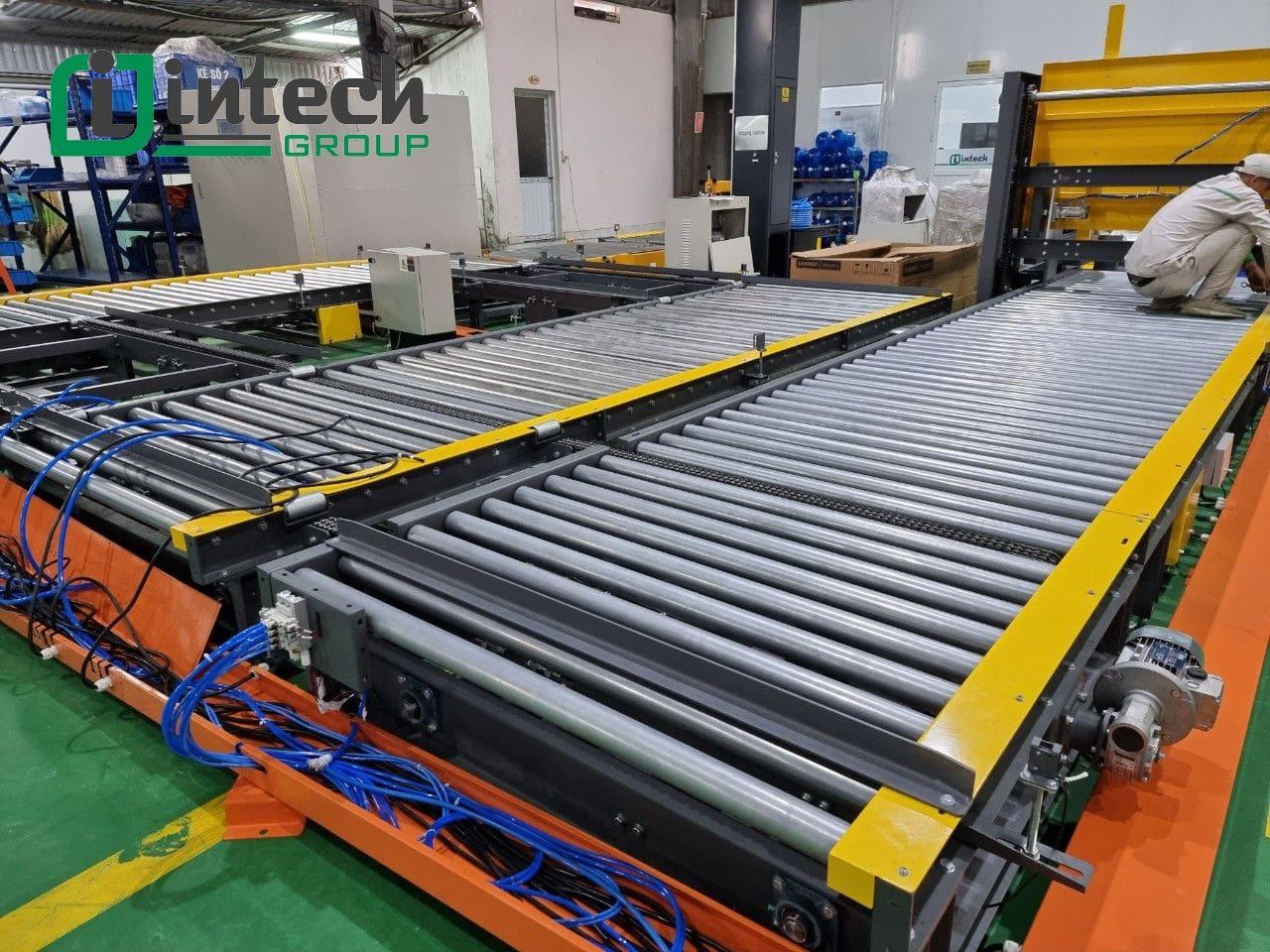 Băng tải con lăn hoàn thiện tại xưởng Intech Group